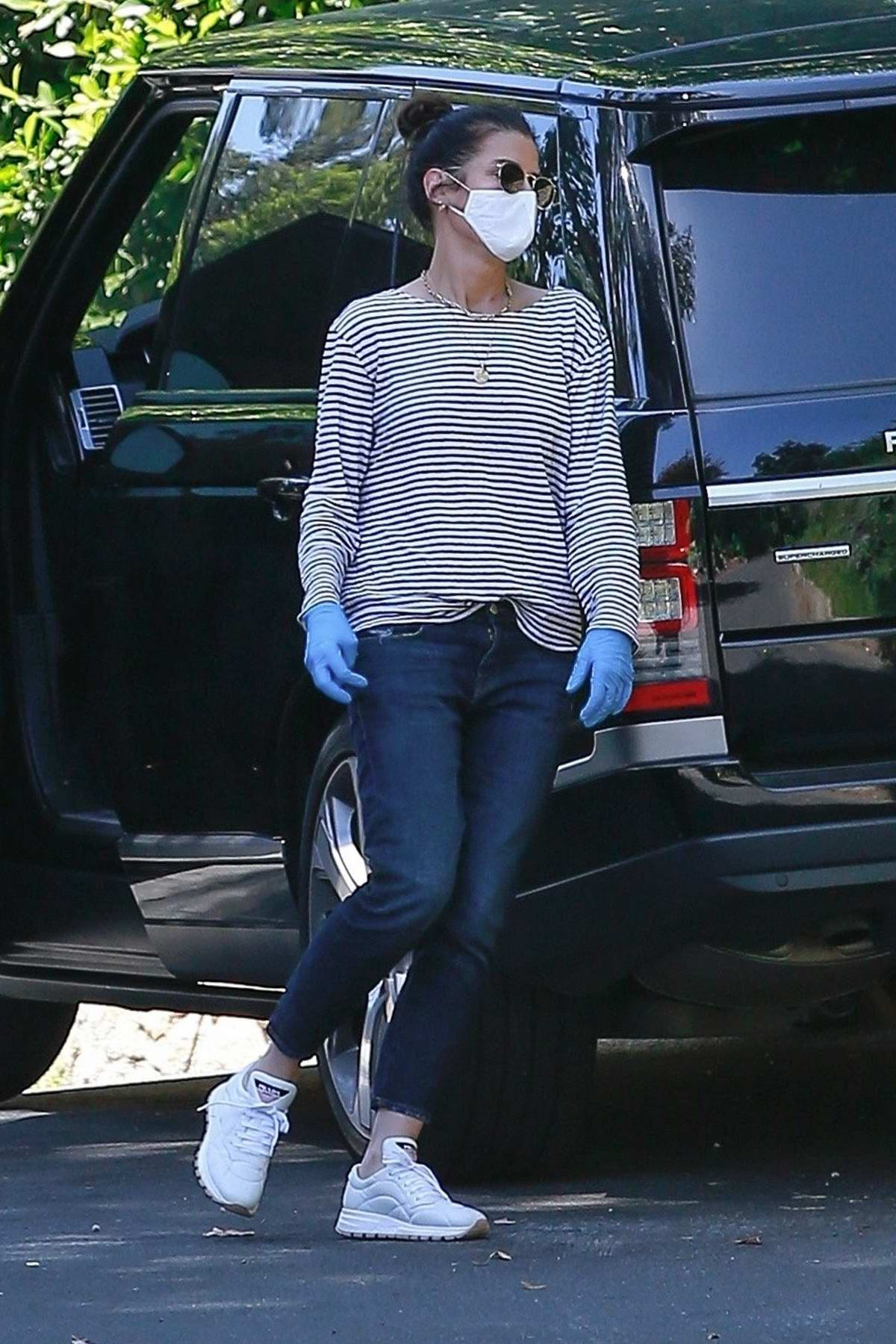 Sandra Bullock picks up a few boxes of organic bananas from a friend's place in Los Angeles