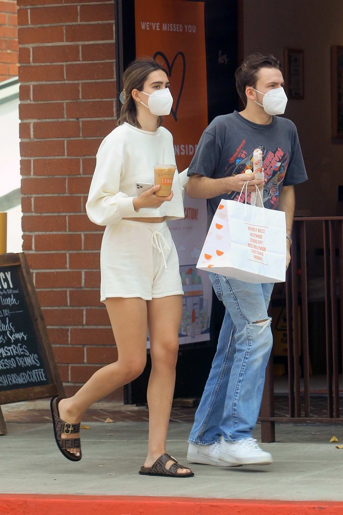 Amelia Hamlin grabs lunch with her boyfriend in Beverly Hills, California