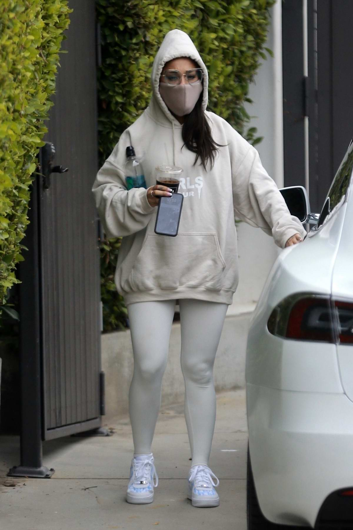 Ariana Grande seen leaving the gym wearing a hoodie and ...