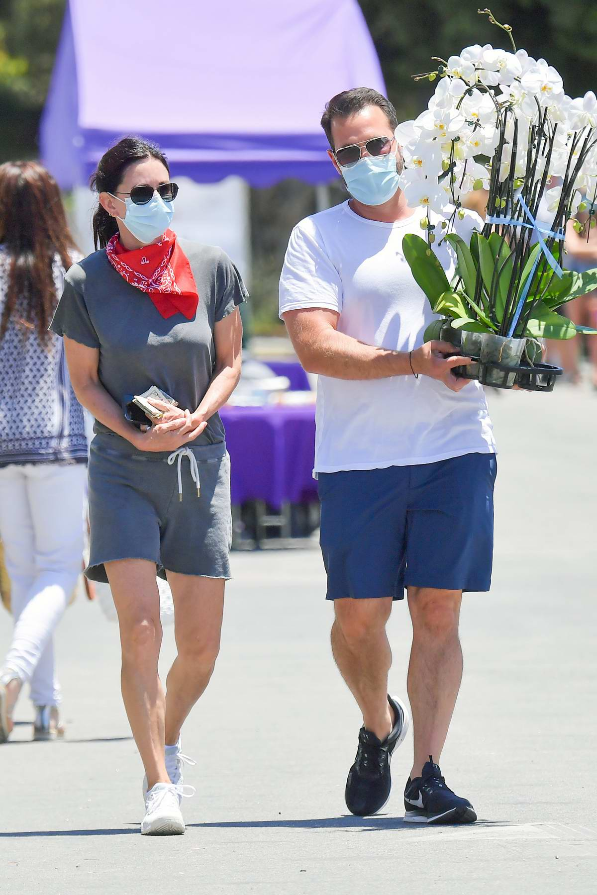 Courteney Cox and boyfriend Johnny McDaid stops to buy some flowers at a local Farmer's Market in Malibu, California