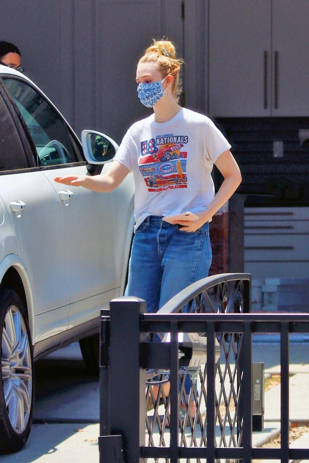 Elle and Dakota Fanning seen stepping out with their mom to run a few errands in Los Angeles