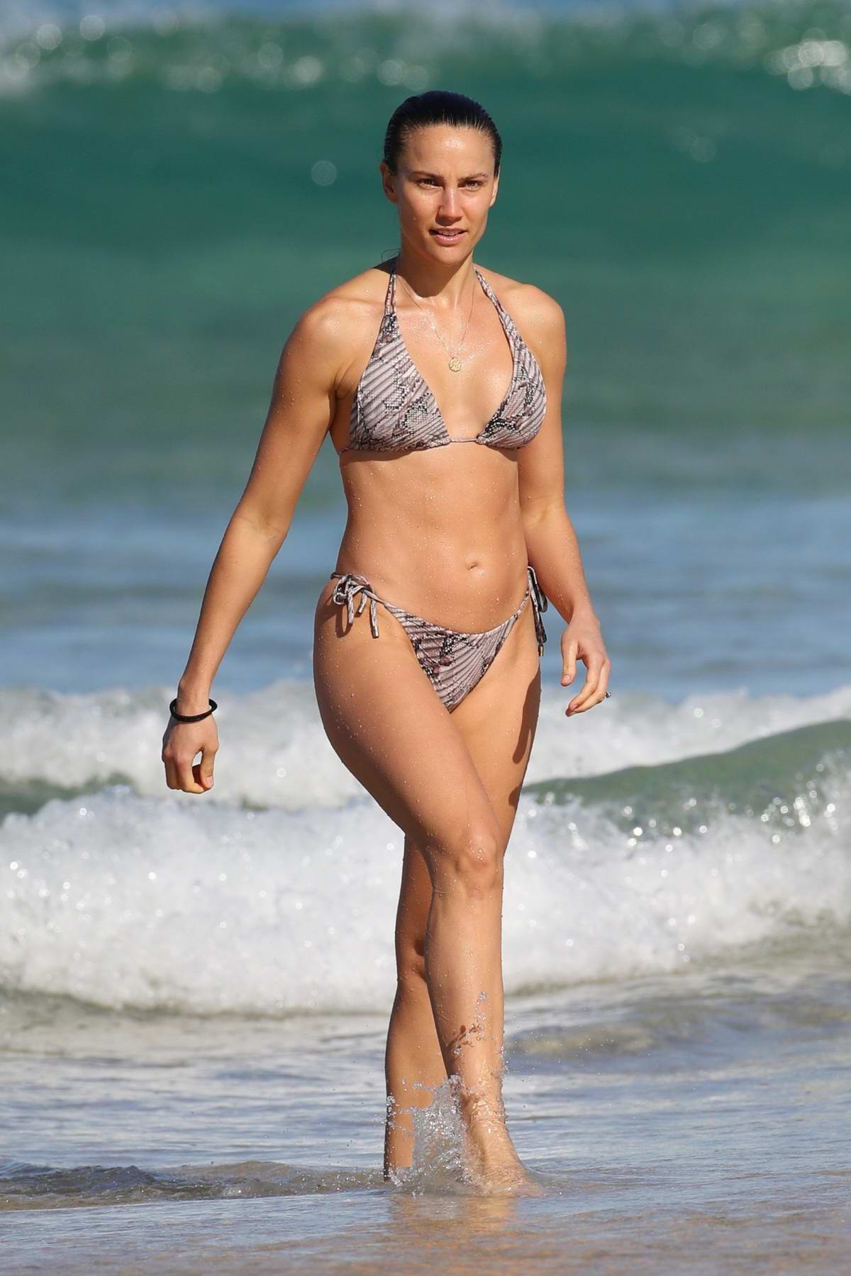Rachael Finch stuns in bikini as she enjoys a day the beach with husband Michael Minizer in Bondi, Sydney, Australia