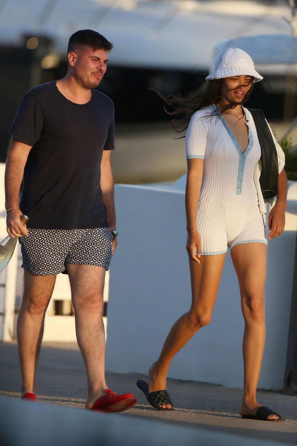 Shanina Shaik seen while boarding a yacht with friends in Ibiza, SpainShanina Shaik seen while boarding a yacht with friends in Ibiza, Spain
