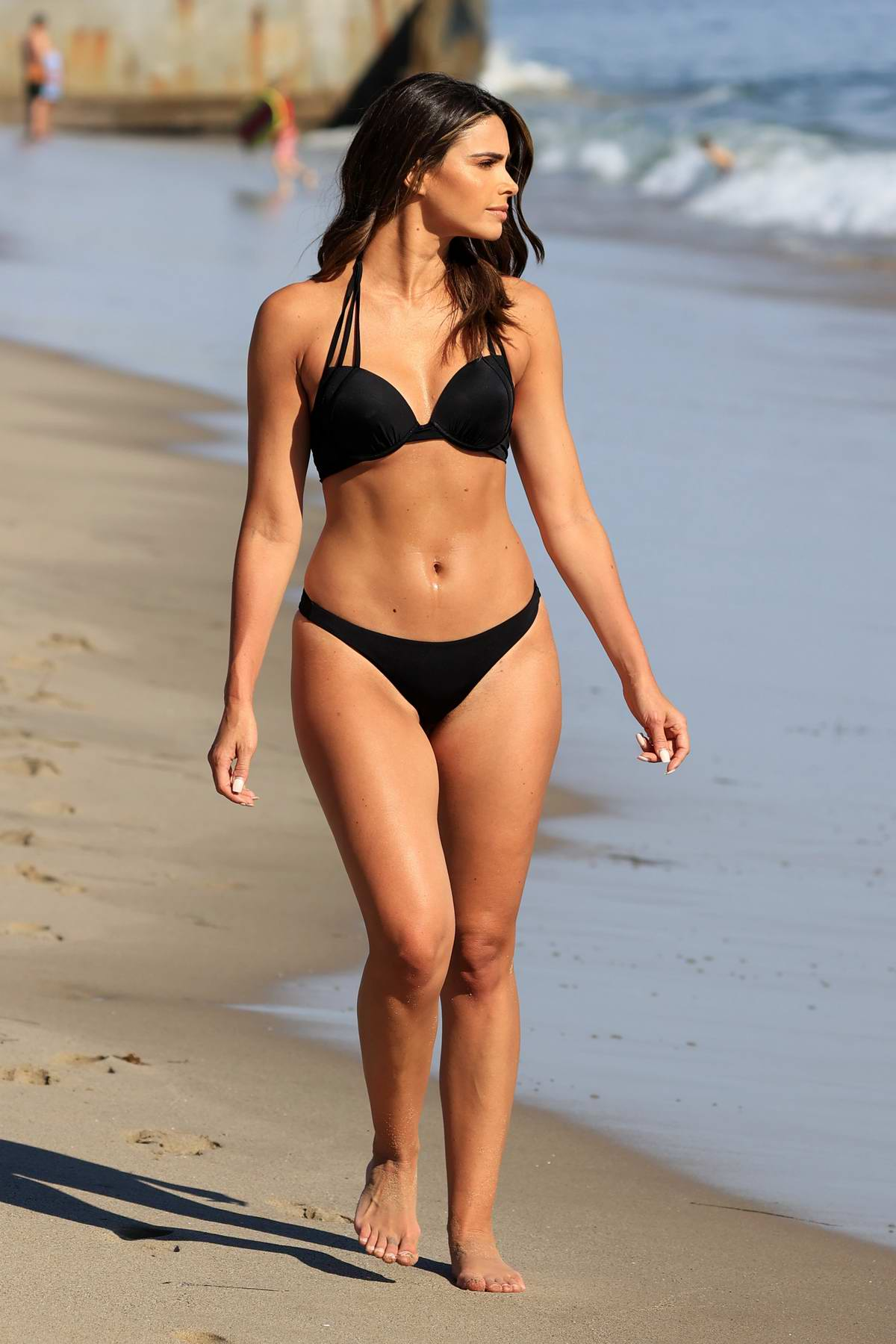 Jennifer Lahmers stuns in a black bikini while enjoying a beach day in Santa Monica, California