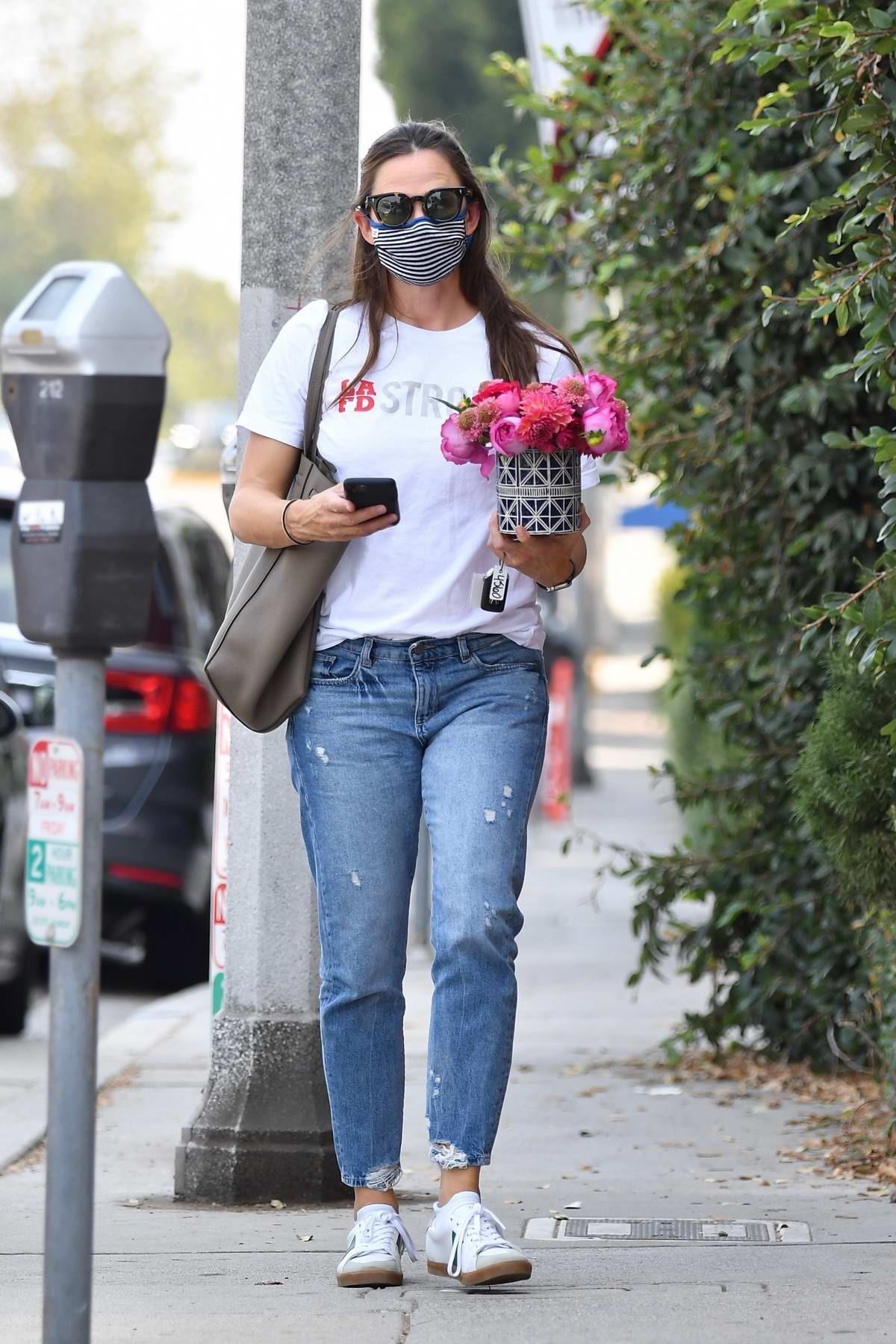 Jennifer Garner brings a small bouquet of flowers to her friend's new office in Brentwood, California