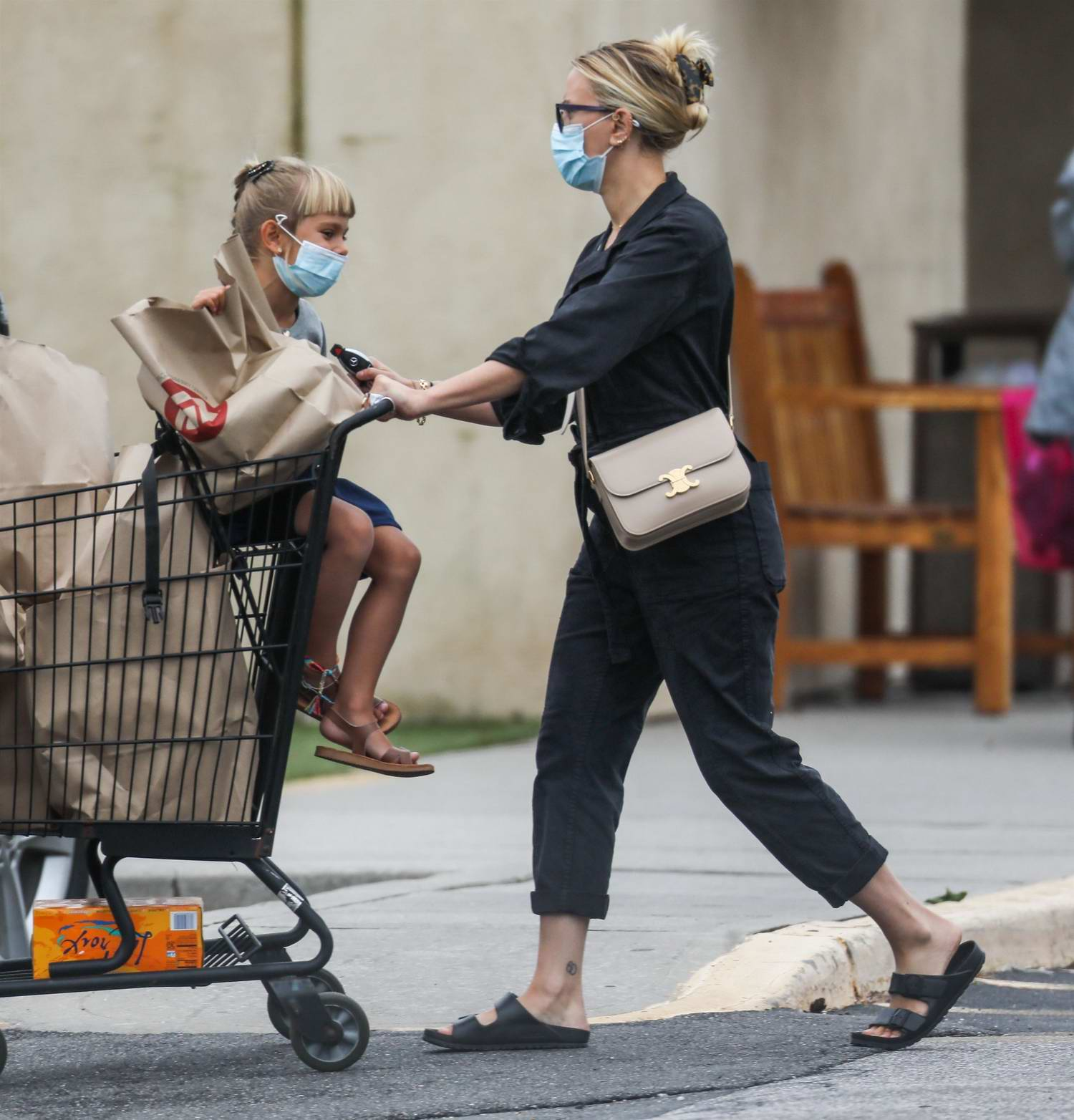 scarlett johansson seen grocery shopping with her daughter in the ...