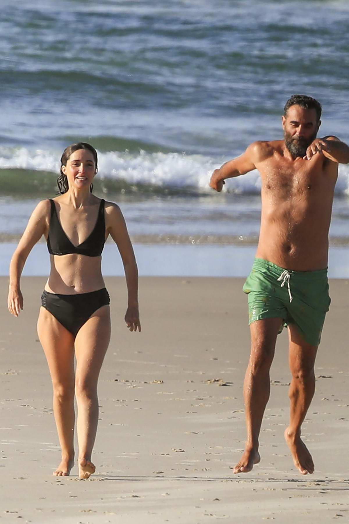 Rose Byrne looks great in a black bikini while enjoying a beach day with Bobby Cannavale in Byron Bay, Australia