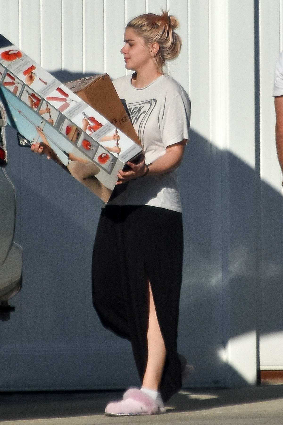 Ariel Winter and Luke Benward seen moving out of their old house in Los Angeles