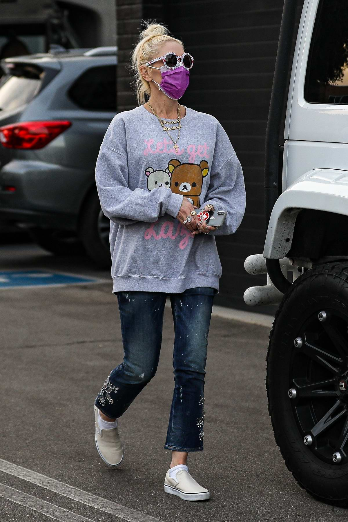 Gwen Stefani shops for jewelry at XIV Karats in Beverly Hills, California