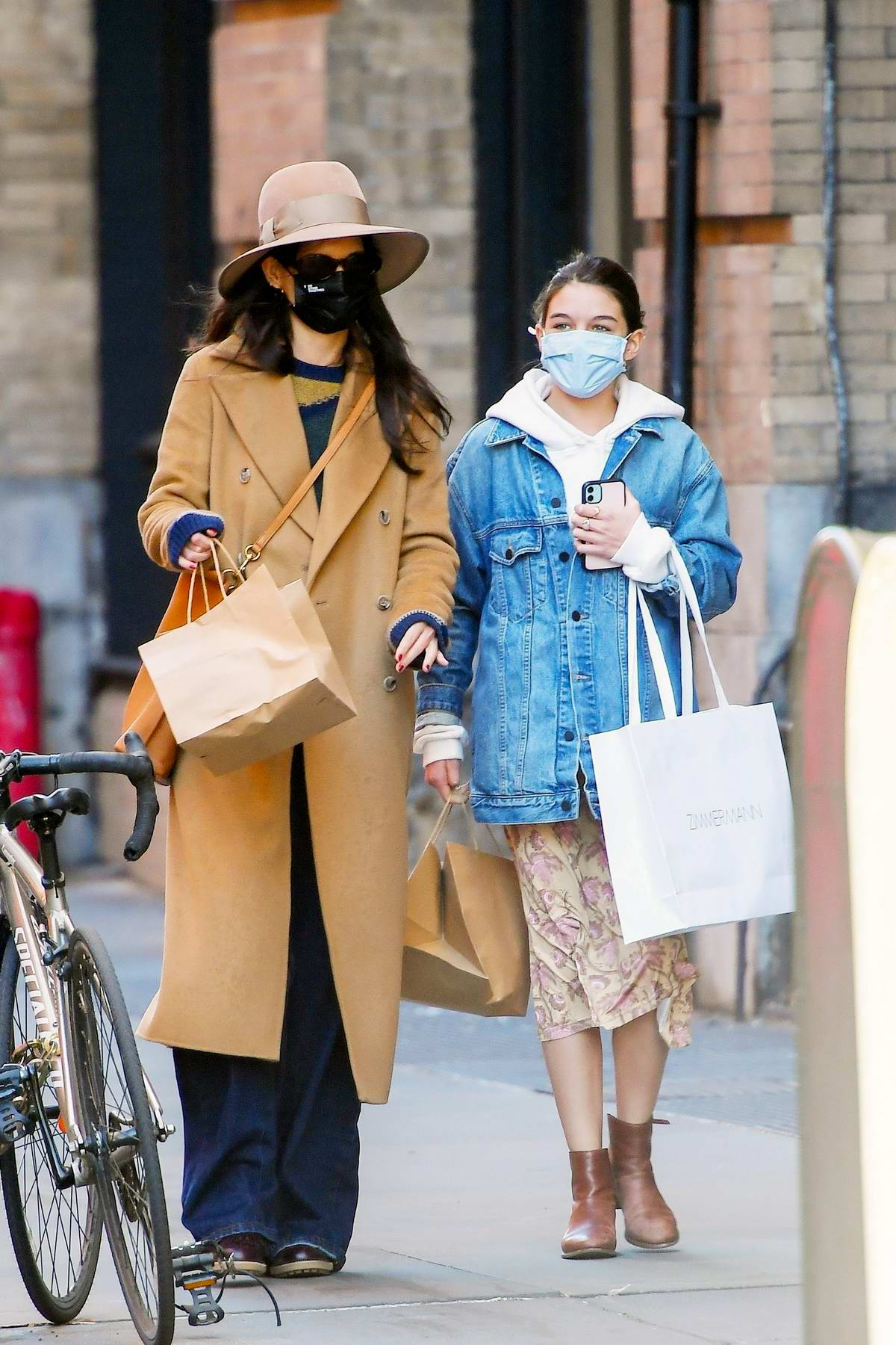 Katie Holmes and Suri Cruise pick up lunch from the 'Mercer Kitchen' in New York City
