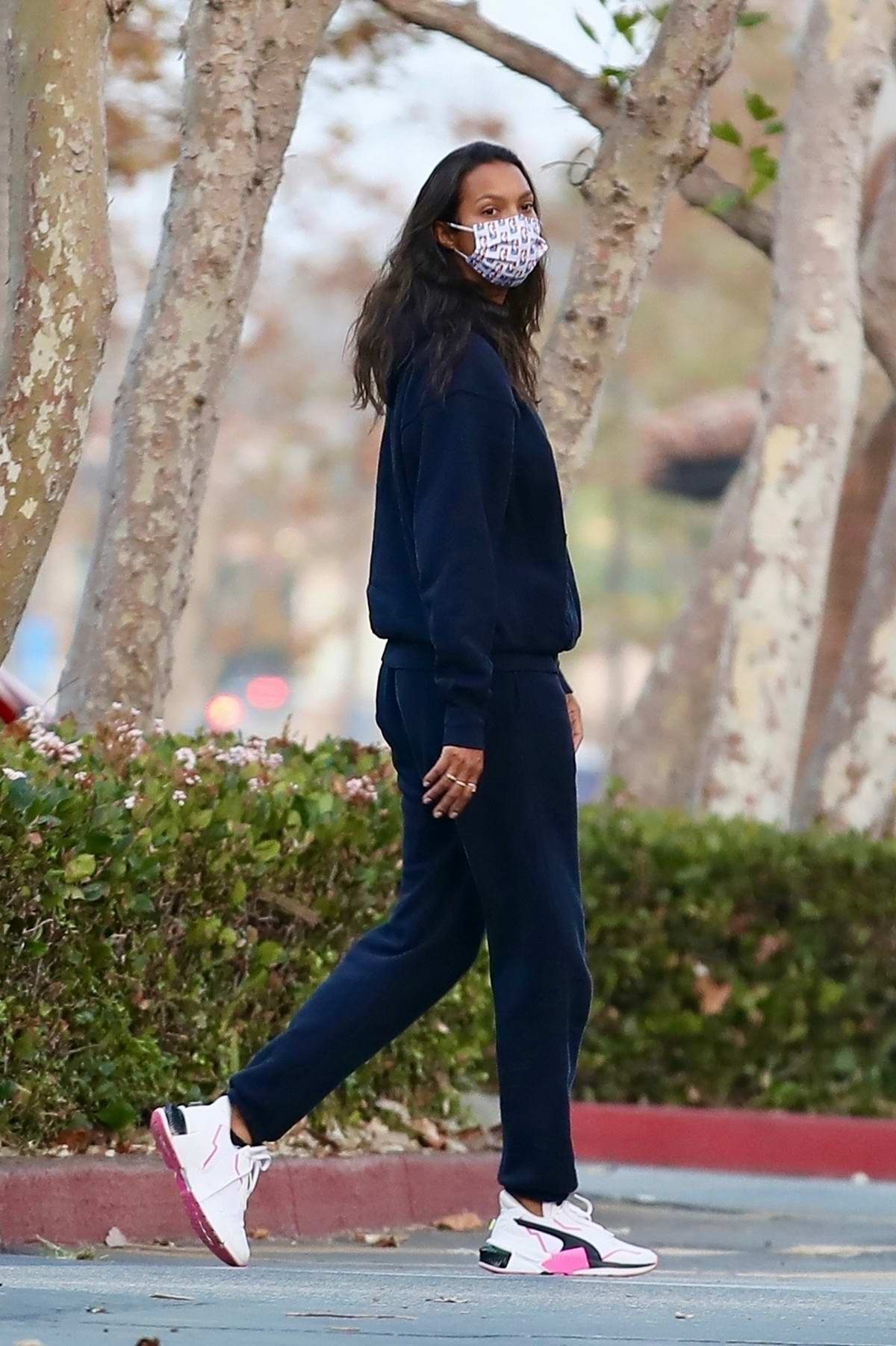 Lais Ribeiro keeps it comfy in sweats while making a run to the market in Malibu, California