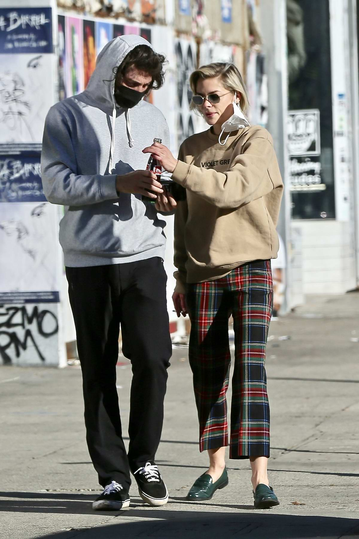 Jaime King enjoys her afternoon with her new boyfriend Sennett Devermont at the Flea Market in West Hollywood, California