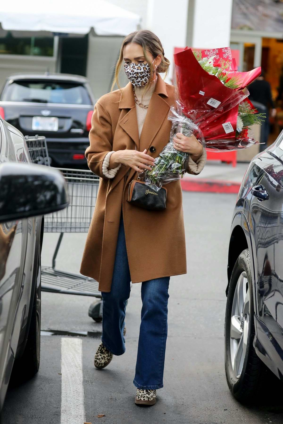 Jessica Alba makes a stop for some groceries and flowers at Bristol Farms in Beverly Hills, California