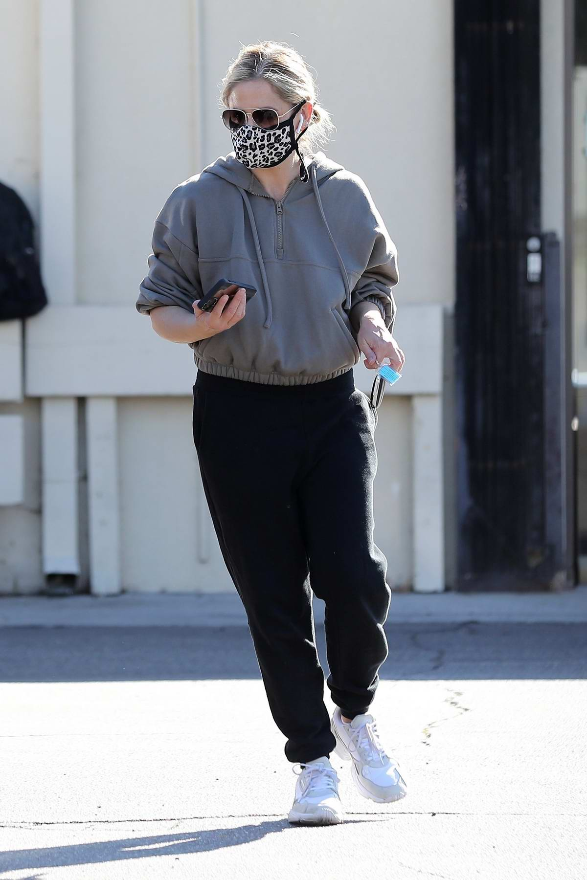 Sarah Michelle Gellar stays cozy in sweats as she visits her PO Box to pick up mail and packages in Brentwood, California