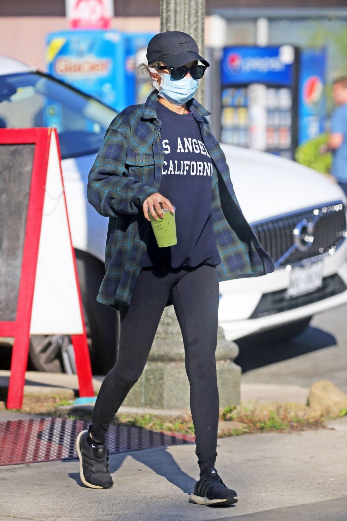 Nicole Richie keeps it casual while stocking up on supplies at the farmers market in Los Angeles