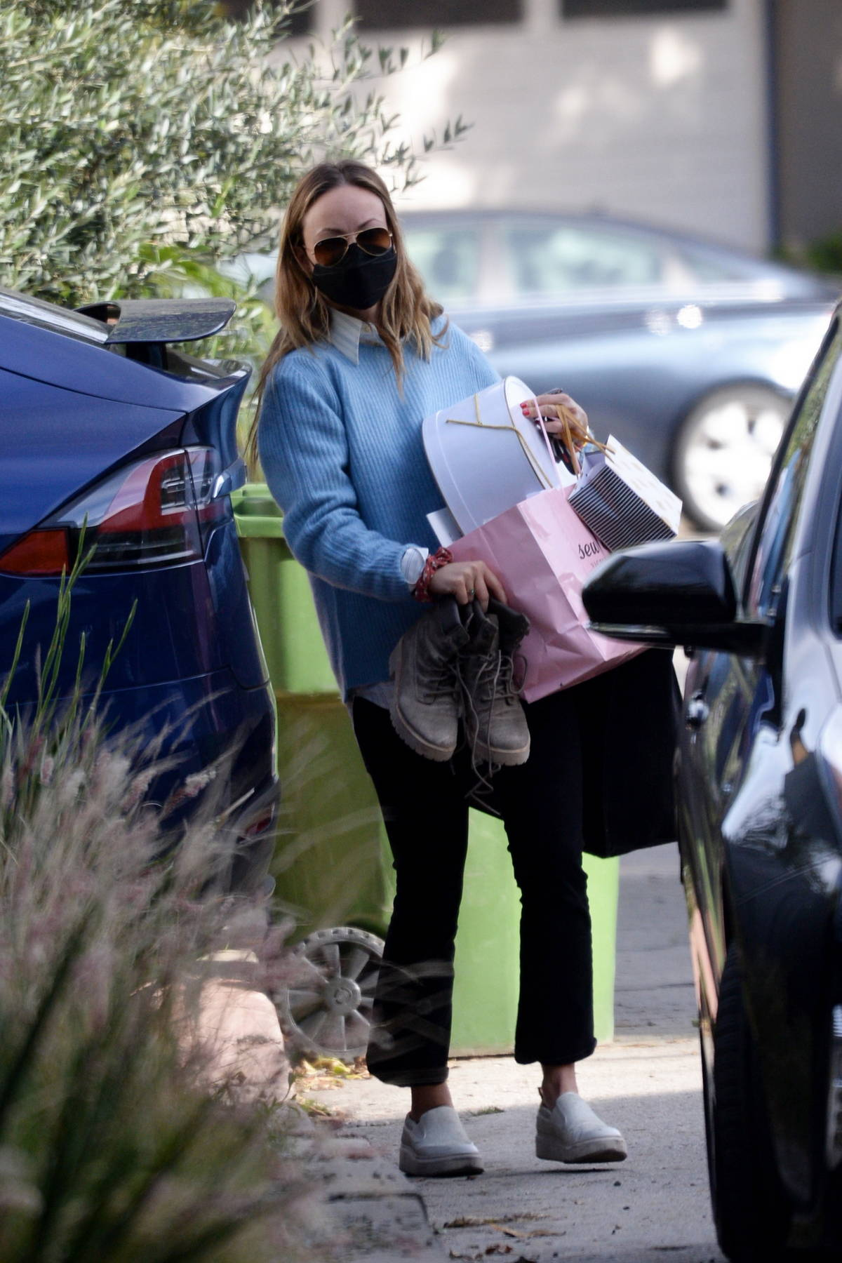 Olivia Wilde spotted carrying stuffs into the house she shares with Jason Sudeikis in Los Angeles