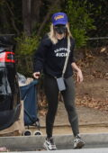 Sarah Michelle Gellar wears a vaccinated hat while shopping for groceries in Los Angeles