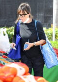 Jennifer Garner picks up some fresh produce and flowers from a Farmer's market in Los Angeles