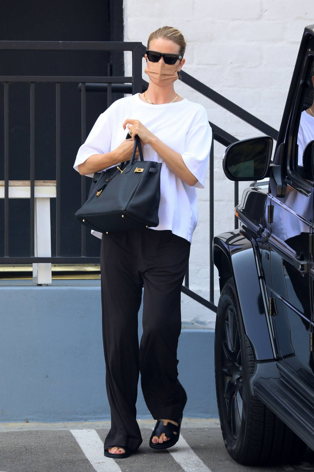 Rosie Huntington-Whiteley looks casual yet chic in monochrome while heading out to run a few errands in Beverly Hills, California