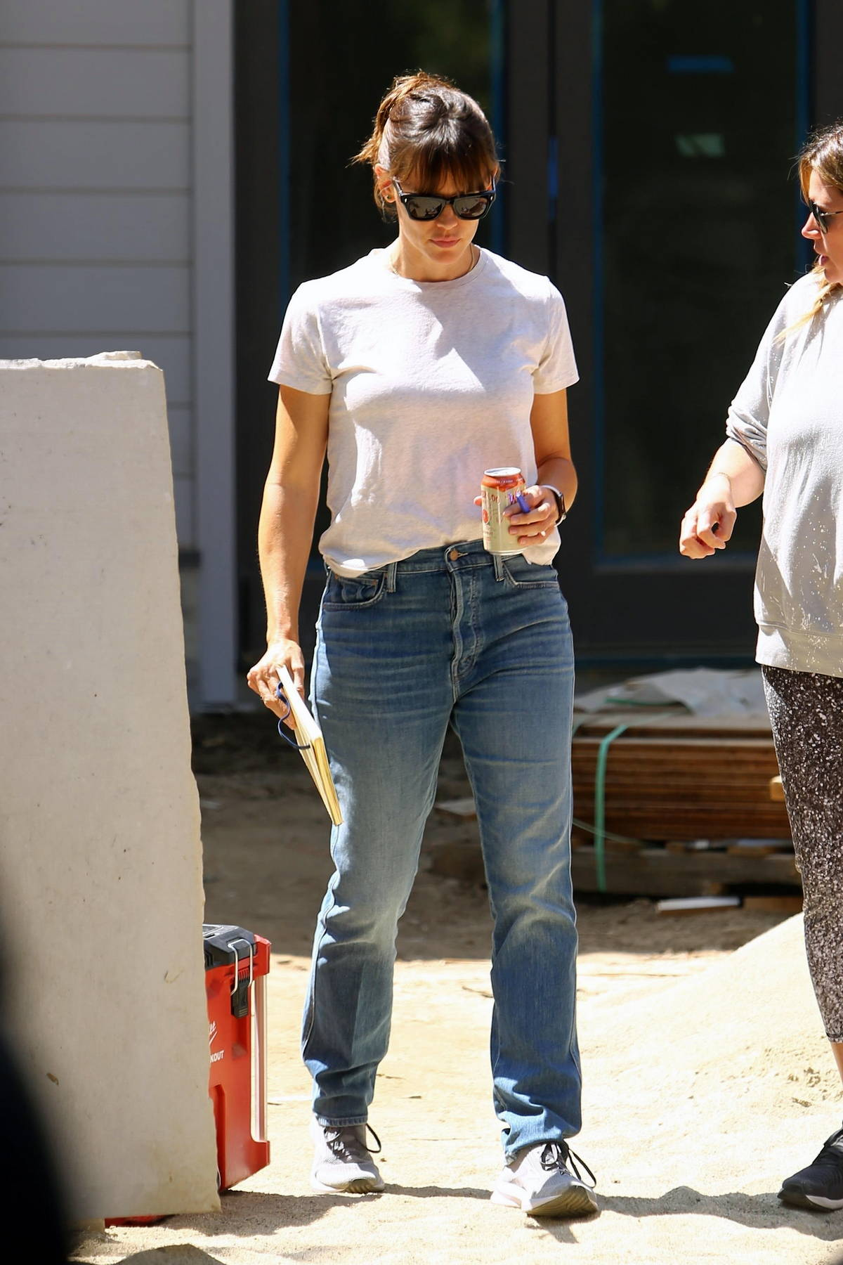 Jennifer Garner keeps it casual while checking in on her house under construction in Brentwood, California